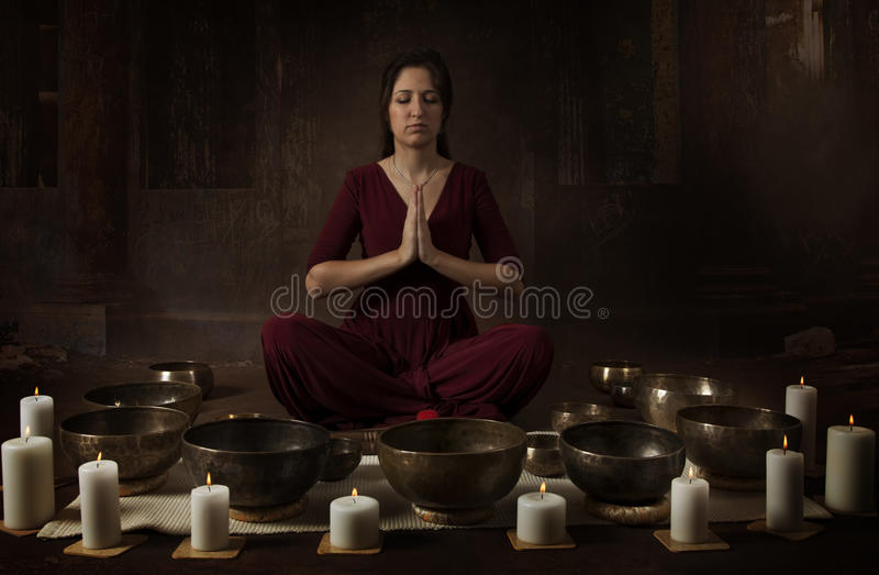 Młoda kobieta z Tybetańskimi pucharami zdjęcie stock