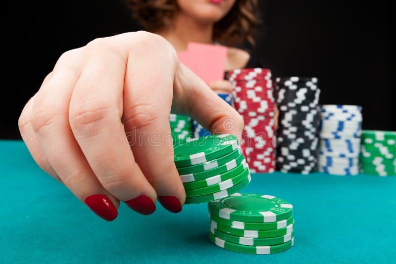 Młoda kobieta z uprawiać hazard układy scalonych obraz royalty free