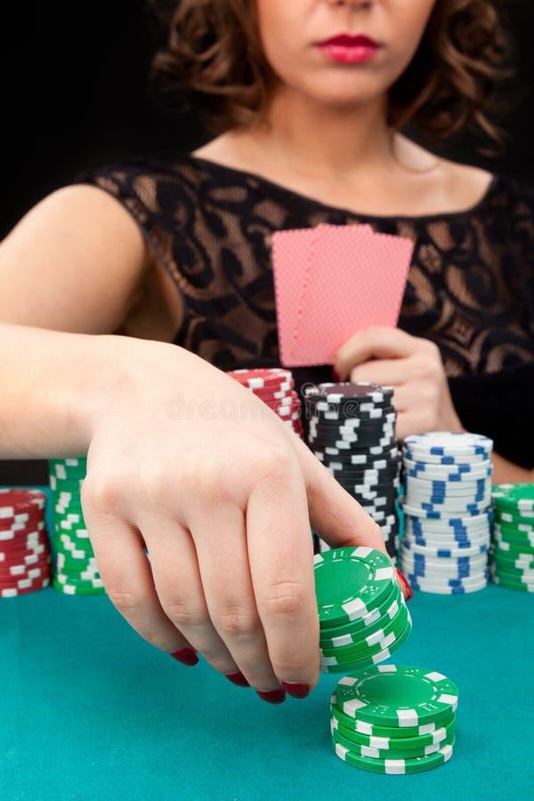 Młoda kobieta z uprawiać hazard układy scalonych zdjęcia royalty free