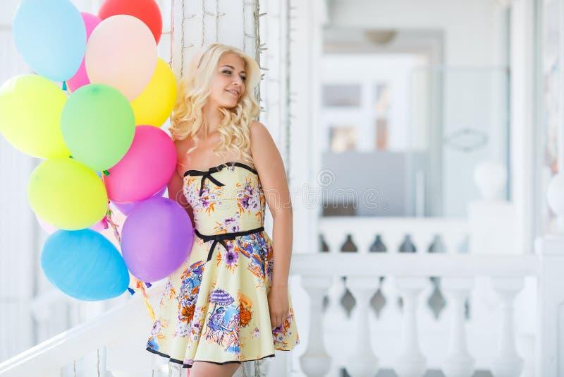Młoda kobieta z wielkimi colourful lateks balonami obrazy royalty free
