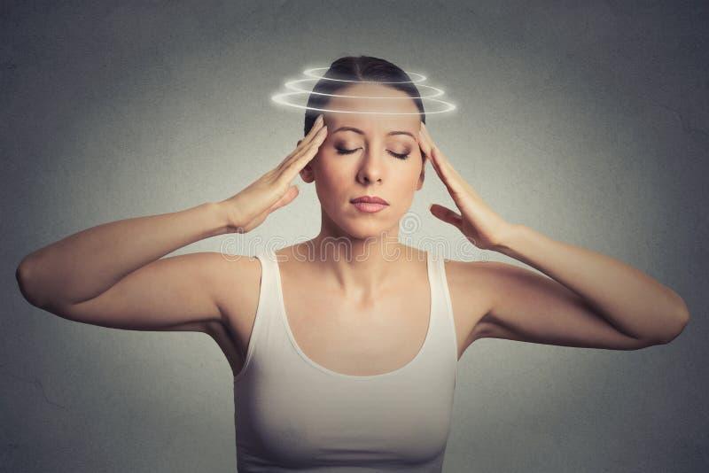 Młoda kobieta z zawroty głowy dizziness zdjęcia stock