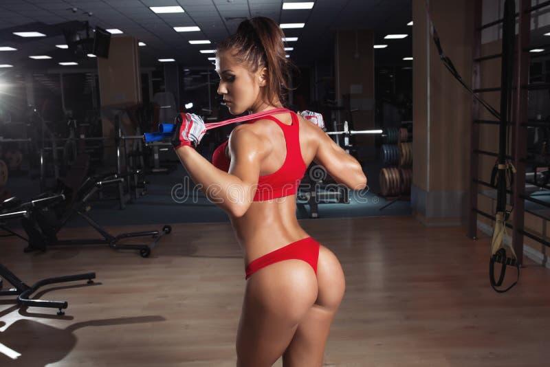 Młoda kobieta, z zdrową sporty postacią z omijać arkanę w gym zdjęcia royalty free