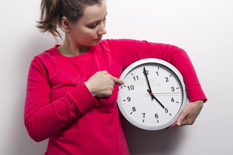 Młoda kobieta z zegarem Dopatrywanie czasu pojęcie zdjęcia royalty free