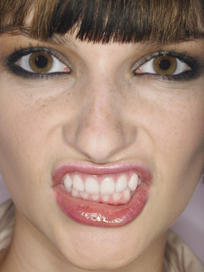 Młoda Kobieta Zaciska zęby zdjęcie royalty free