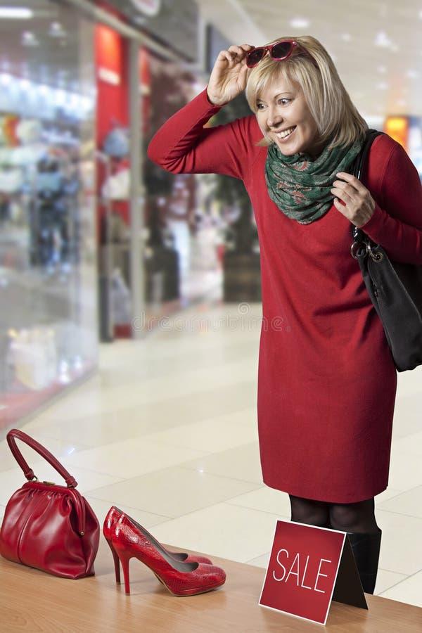 Młoda kobieta zakupy zdjęcia stock