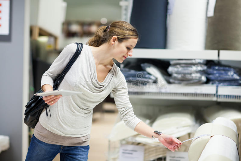 Młoda kobieta zakupy dla meble w meblarskim sklepie obraz royalty free