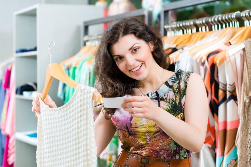 Młoda kobieta zakupy w moda wydziałowym sklepie zdjęcia stock