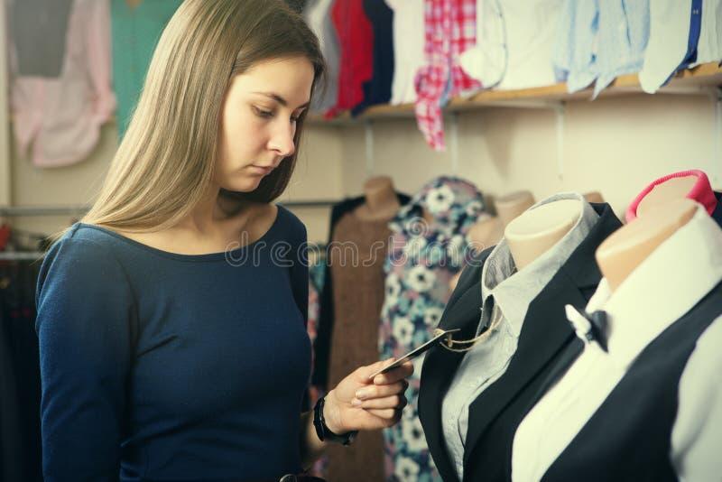 Młoda kobieta zakupy w sklepie zdjęcia royalty free