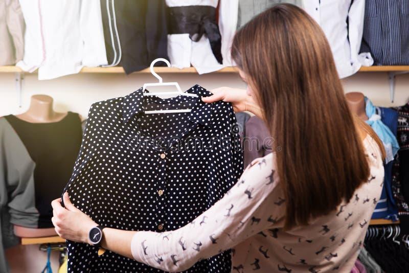 Młoda kobieta zakupy w sklepie fotografia stock