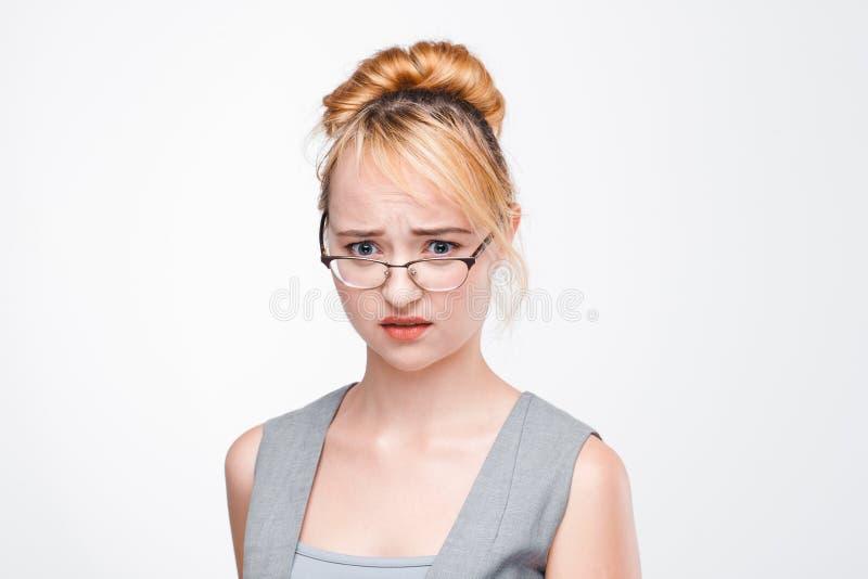 Młoda kobieta zaniepokojona i zmartwiona o problemu obraz stock