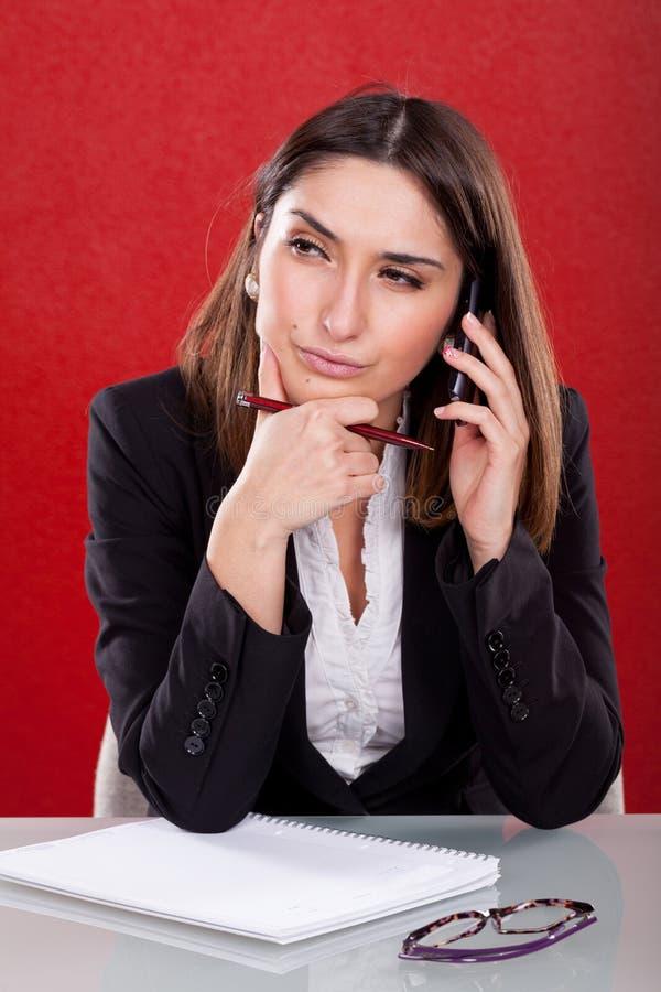 Młoda kobieta zanudzająca przy pracą obrazy stock