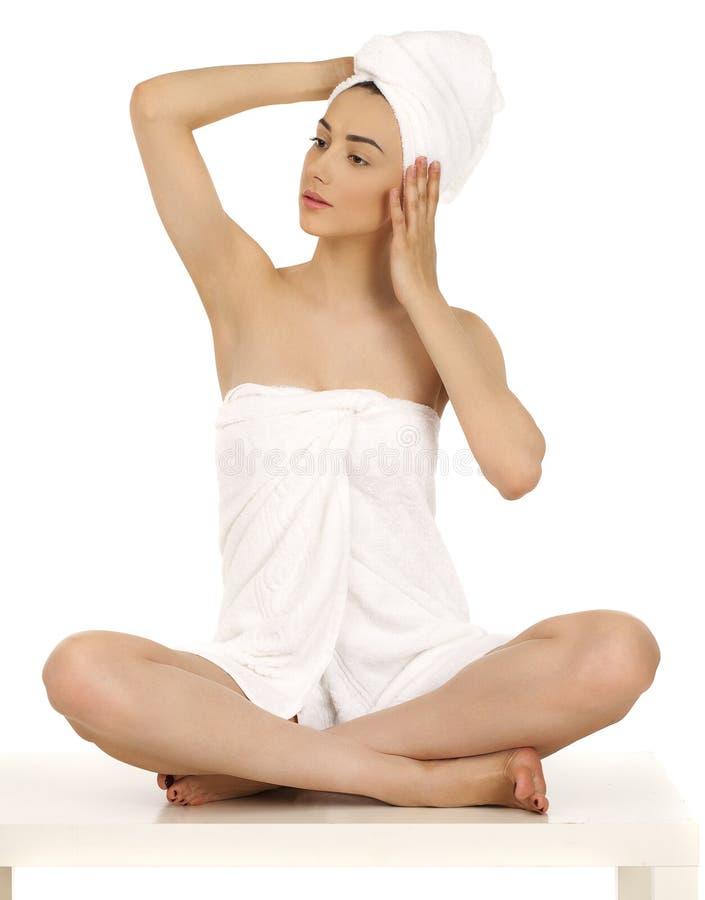 Młoda kobieta zawijający ręcznik odizolowywający na białym tle obrazy royalty free