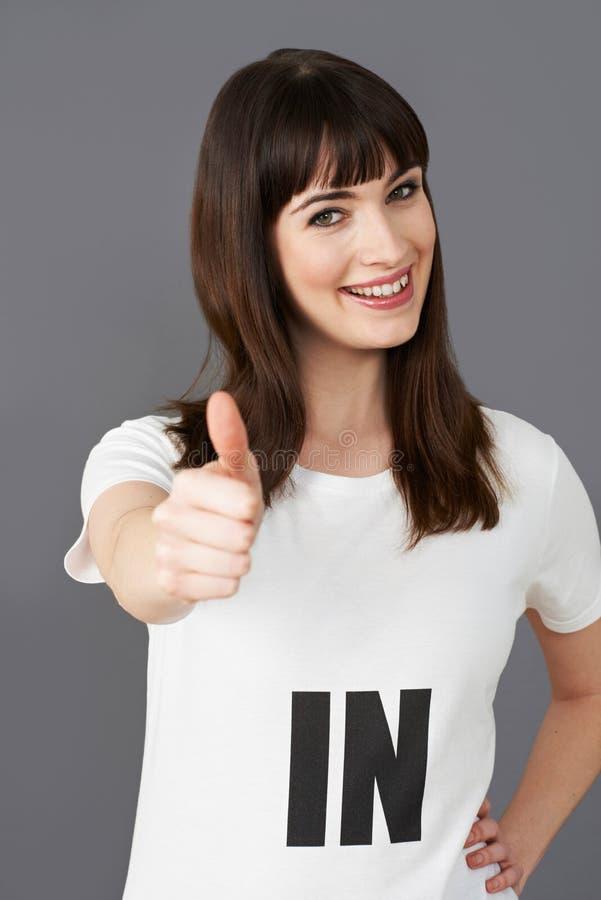 Młoda Kobieta zwolennik Jest ubranym T koszula Drukującą Z sloganem W zdjęcia stock
