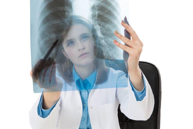 Młoda kobiety lekarka egzamininuje promieniowanie rentgenowskie wizerunek zdjęcia royalty free