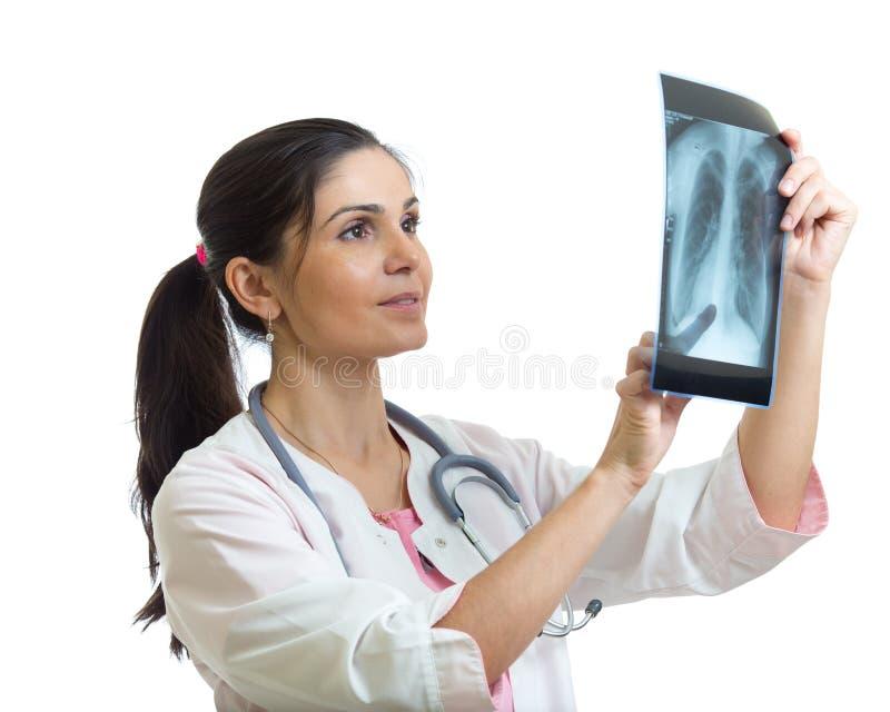 Młoda kobiety lekarka patrzeje promieniowanie rentgenowskie strzelał płuca Odizolowywający na bielu zdjęcie stock