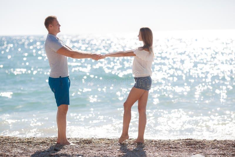 Młoda kochająca para na plaży blisko morza zdjęcie stock