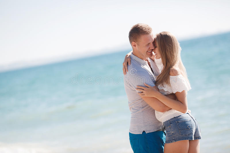 Młoda kochająca para na plaży blisko morza obraz stock