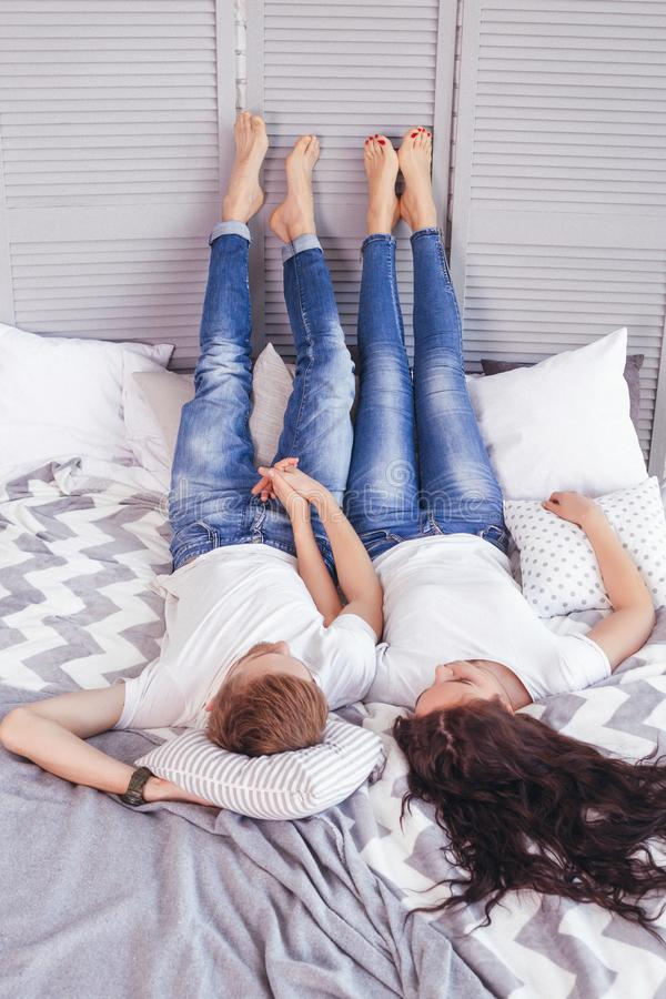 Młoda kochająca para w łóżku zdjęcia royalty free