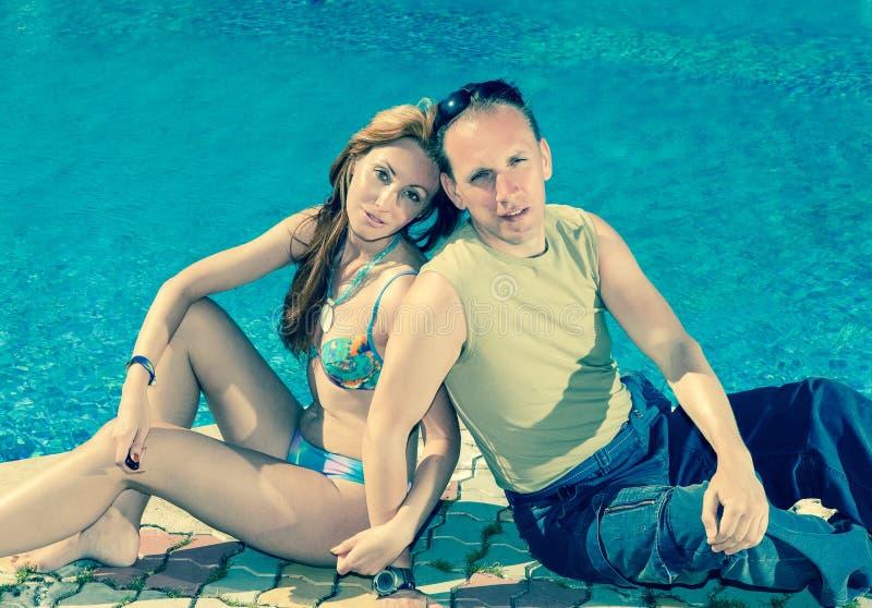 Młoda kochająca para w basenie, obraz stock