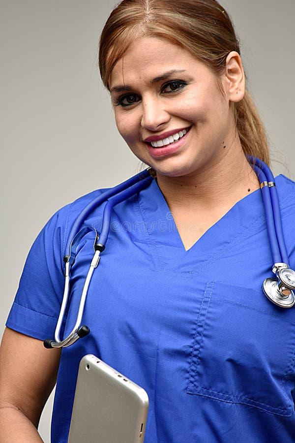 Młoda Kolumbijska Żeńska pielęgniarka ono Uśmiecha się Z pastylką zdjęcia royalty free