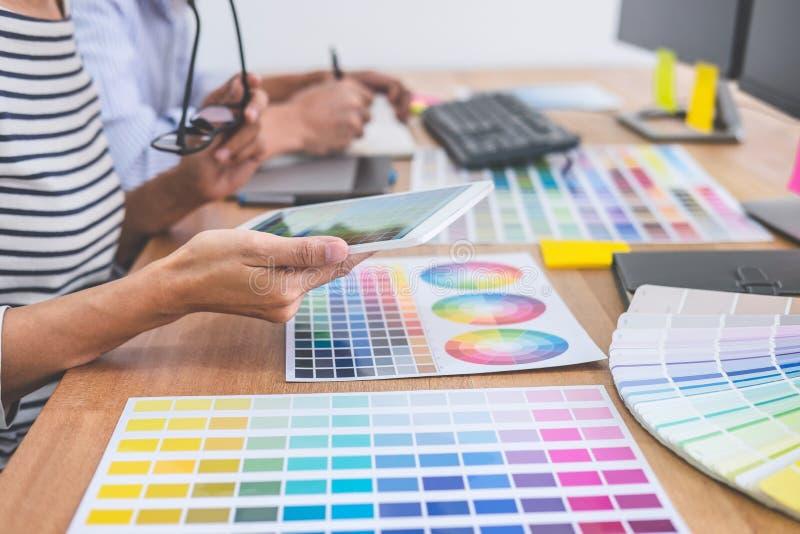 Młoda kreatywnie drużyna ma spotkania w kreatywnie biurze, Archite obraz stock