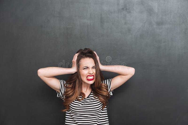 Młoda Krzycząca kobieta zakrywa jej ucho obrazy royalty free