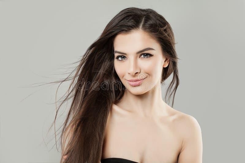 Młoda latynosa modela kobieta z Zdrowym Włosianym portretem fotografia royalty free