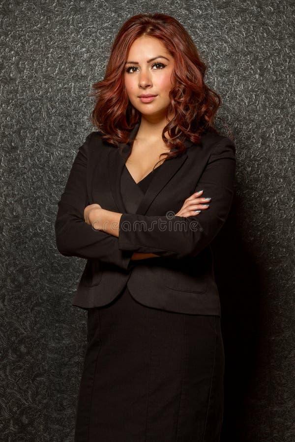 Młoda latynoska biznesowa kobieta w czarnym stroju fotografia stock