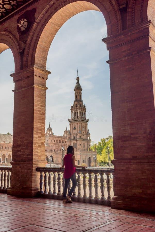 Młoda latynoska długie włosy kobieta pozuje przy Placem De españa Sevilla w Hiszpania obrazy royalty free