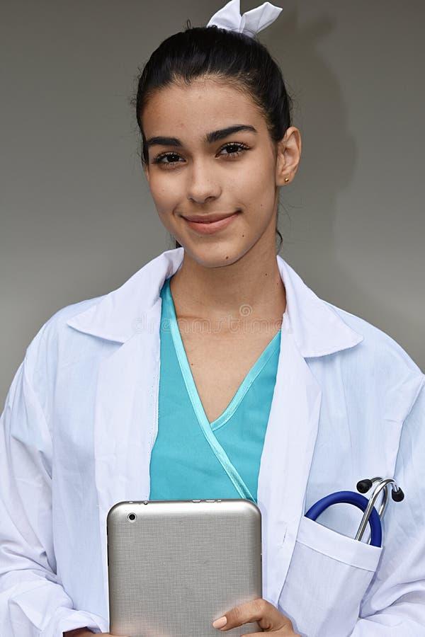 Młoda Latynoska kobiety lekarka Z pastylką obraz stock