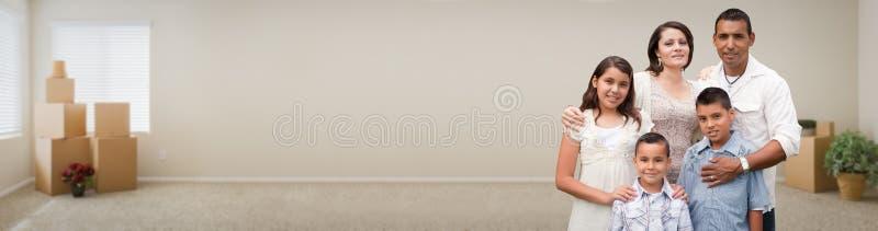 Młoda Latynoska rodzina Wśrodku pokoju z pudełko sztandarem obrazy stock