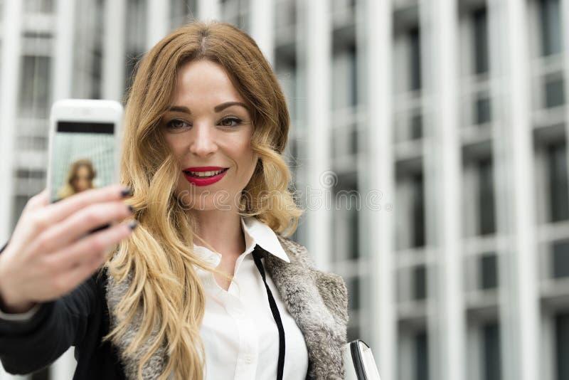 Młoda mądrze fachowa kobieta bierze jaźń obrazek zdjęcie stock