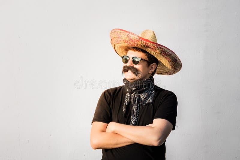 Młoda męska osoba ubierał up w tradycyjnym meksykańskim sombrero, fa obrazy royalty free