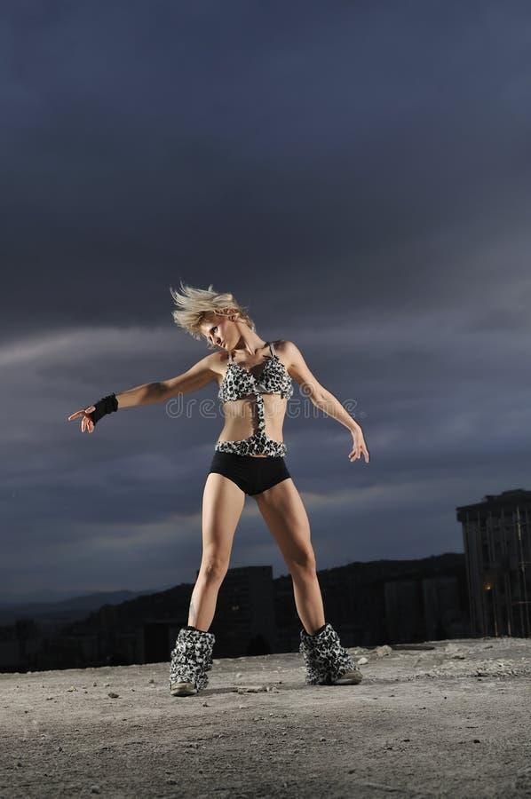 Młoda młodego tancerza dziewczyna zdjęcia royalty free