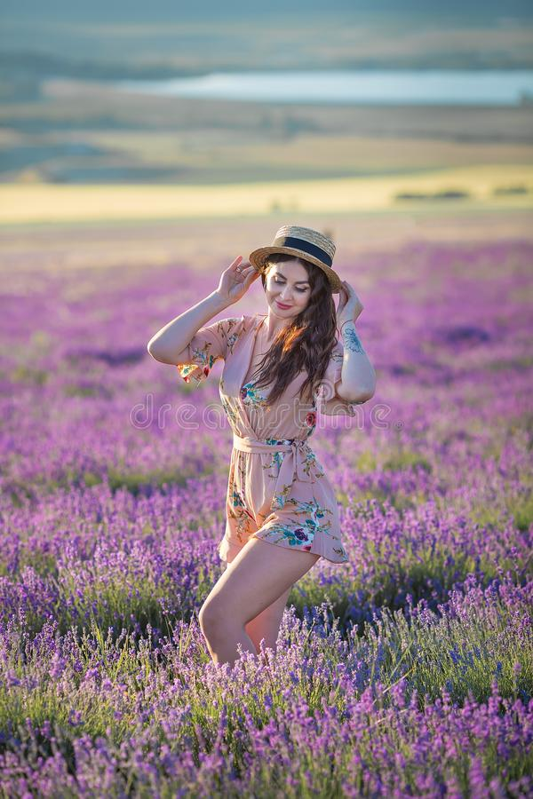 Młoda magiczna urocza kobieta w lawendy polu na letniego dnia tanu i cieszy się życie czas z kobiety dziewczyny władzą zdjęcie stock
