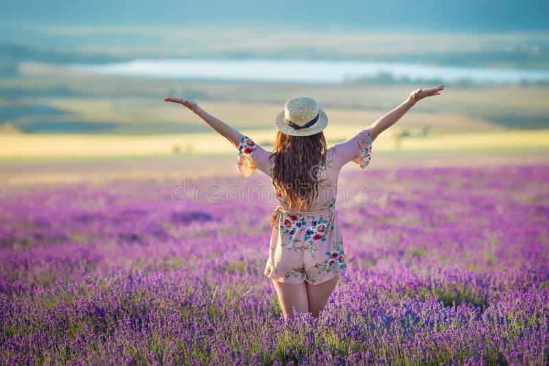 Młoda magiczna urocza kobieta w lawendy polu na letniego dnia tanu i cieszy się życie czas z kobiety dziewczyny władzą zdjęcia royalty free
