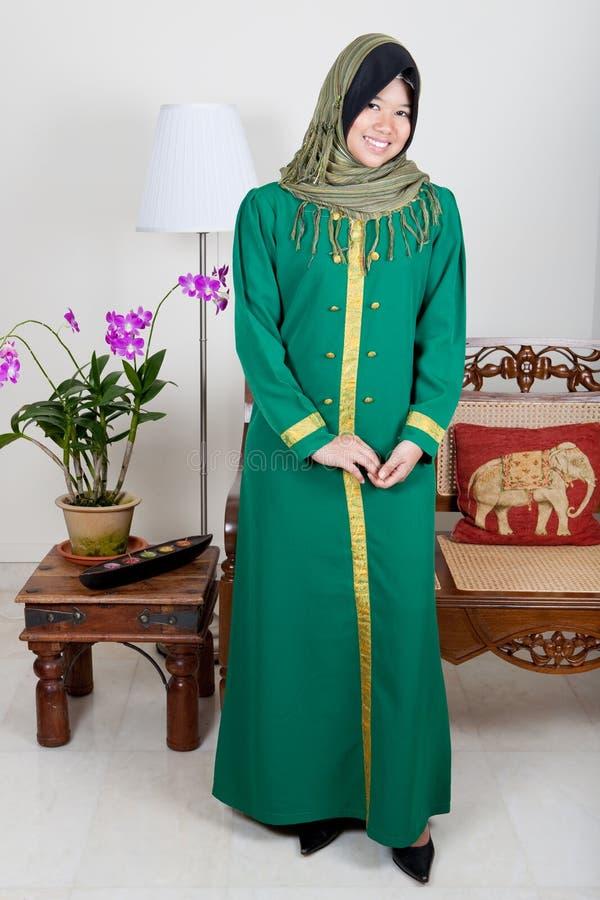 młoda Malajska kobieta w zielonym hijab obrazy royalty free