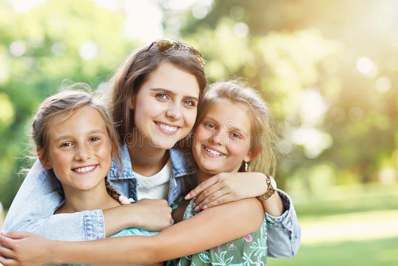 Młoda mama z dziećmi ma zabawę w naturze obraz stock