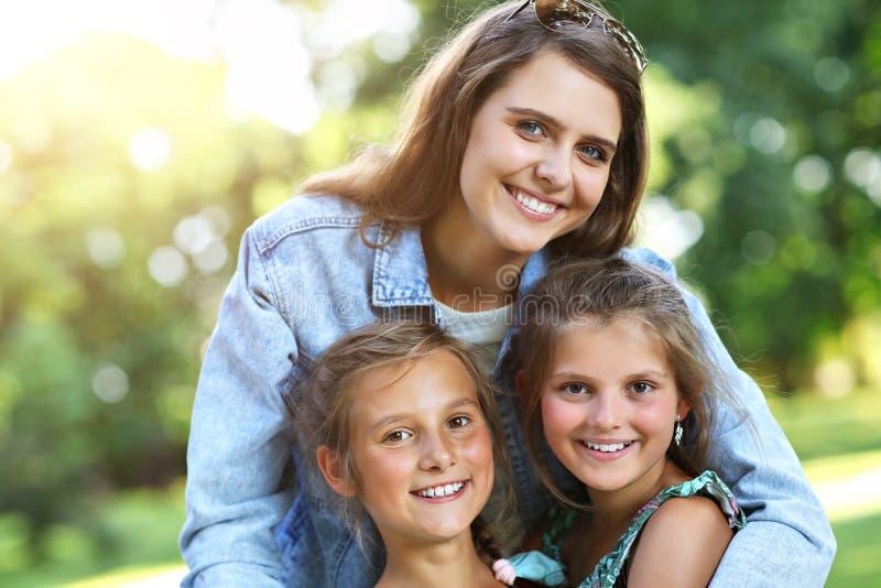 Młoda mama z dziećmi ma zabawę w naturze fotografia royalty free