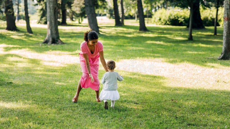 Młoda matka grająca w parku obraz stock