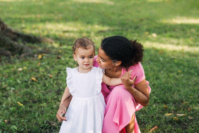 Młoda matka patrzy na swoją córkę zdjęcie royalty free