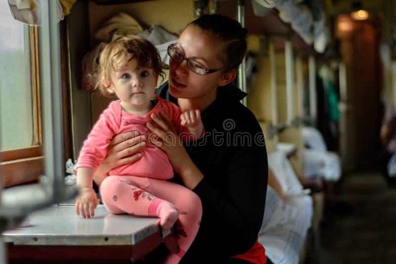 Młoda matka podróżuje w szkłach wraz z cudownie piękną córką fotografia stock