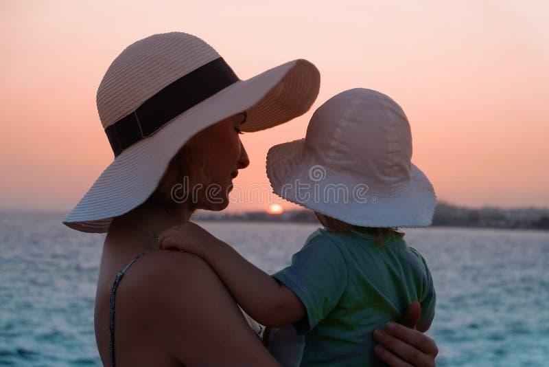 Młoda matka przytulała swoją córkę na zachód słońca zdjęcia stock