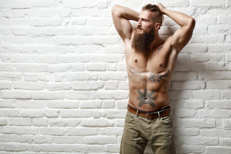 Młoda mięśniowa brodata biały człowiek połówka naga zdjęcia royalty free