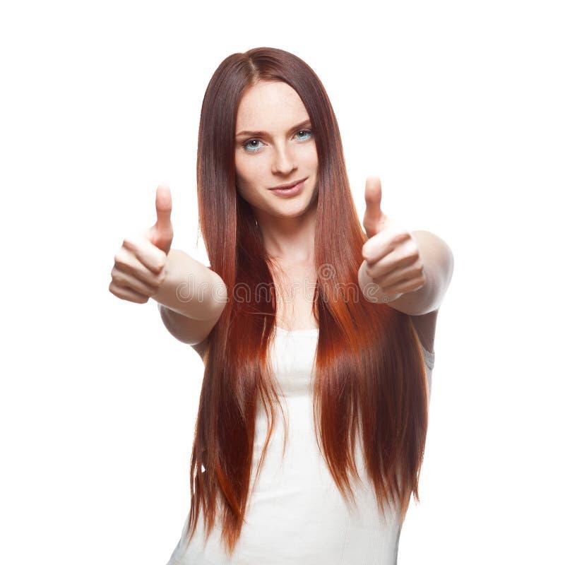 Młoda miedzianowłosa kobieta pokazuje kciuk fotografia stock