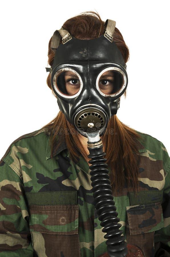 Młoda militarna kobieta jest ubranym maskę gazową zdjęcie stock