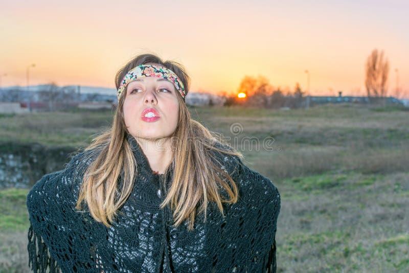 Młoda modniś dziewczyna outdoors przy zmierzchem zdjęcia stock