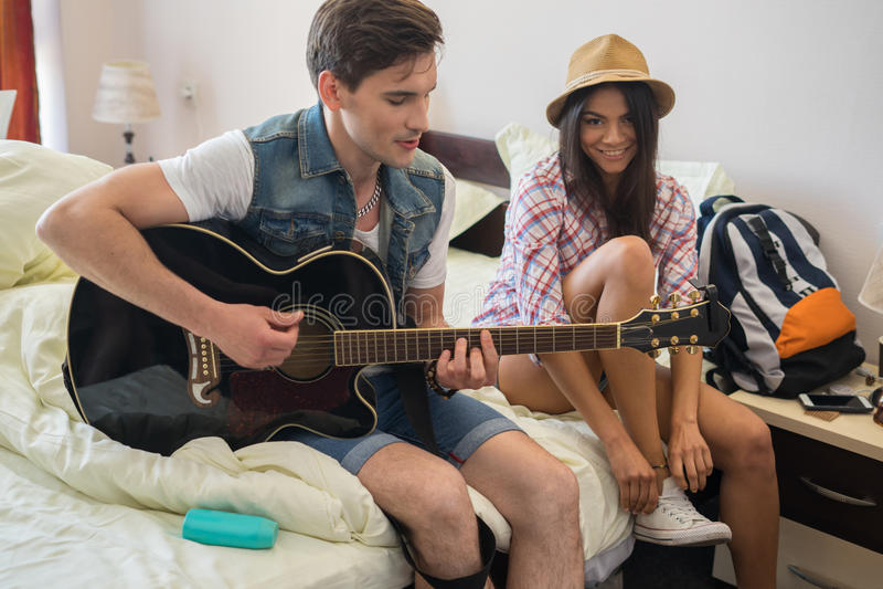 Młoda modniś para w sypialni narządzaniu dla wakacje fotografia royalty free