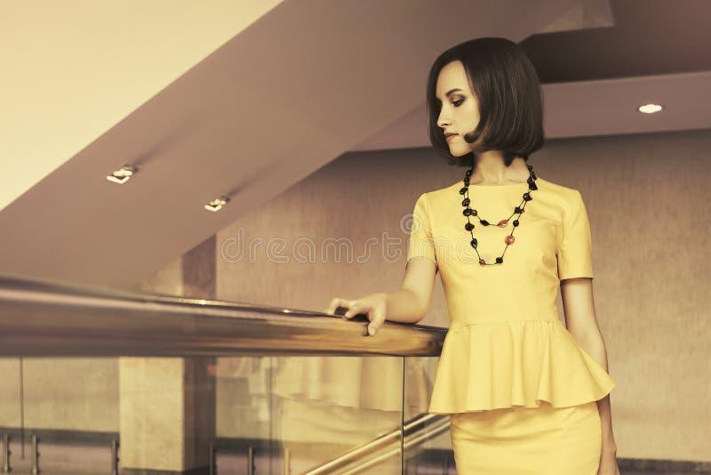 Młoda mody biznesowa kobieta w biurowym wnętrzu zdjęcia stock