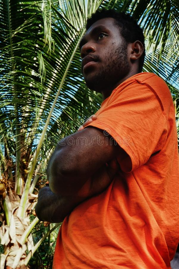 młoda murzyn pozycja przed drzewkiem palmowym przy tropikalnym rajem zdjęcia stock